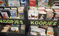 Foto van de bakken met afgevoerde boeken die te koop staan