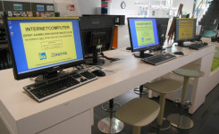 Foto van drie internetcomputers