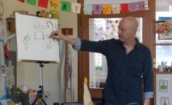 Foto van Jan De Kinder tijdens zijn lezing in de school van Peulis
