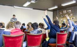 Foto van een lezing van Nico De Braeckeleer tijdens de Jeugdboekenmaand 2018