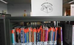 Foto van het rek met de makkelijklezenboeken voor volwassenen