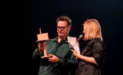 Foto van Peter Verhelst die de Ultima-trofee in ontvangst neemt