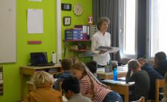 Foto van An Candaele tijdens haar lezing in de Alice Nahonschool
