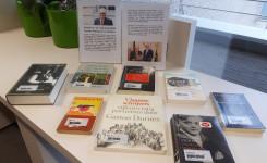 Foto met de in de bib van Putte aanwezige boeken van Gaston Durnez