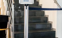 Foto van de trap in de bib met afsluitlint en opschrift 'Coronagevaar'