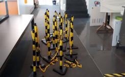 Foto van de paaltjes die meer dan jaar gebruikt werden om de vaste looproute in de bib aan te geven