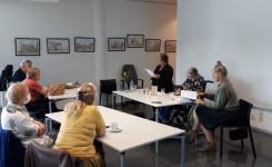 Foto van voorlezers en publiek tijdens het verhalen vertellen voor volwassenen op 23 september 2021