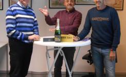Foto van winnaar Walter Hendrickx, presentator Eric Goyvaerts en burgemeester Peter Gysbrechts