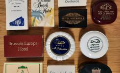 Foto van een aantal Belgische hotelzeepjes uit de verzameling van Petra Aertzen