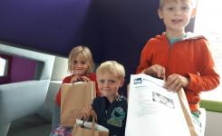 Foto van Sebbe, Bo en Iebe met hun knutselpakket