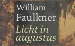 Fragment van het voorplat van het boek 'Licht in augustus' van William Faulkner