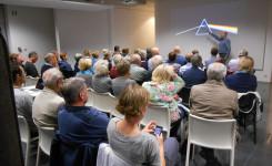 Foto van de goed gevulde zaal tijdens de Blikopenerlezing van Eric Goyvaerts