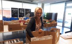 Foto van bibliotheekcollega Els Keysers die de voorraad van de boekenverkoop aanvult