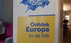 Foto van een banner aan de ingang met de tekst 'Ontdek Europa in de bib'
