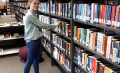 Foto van Emma Troffaes terwijl ze aan het werk is in de bib
