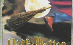 Voorplat van het boek 'Harry Potter en de steen der wijzen' van J.K. Rowling