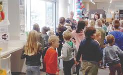 Foto van het bezoek van het 1ste en het 5de leerjaar van de Alice Nahonschool aan de bib