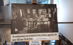 Foto van het kunstwerk van de maand: een vergrote foto van de vroegere schrijnwerkerij De Vries uit Peulis