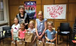 Foto van de jonge deelnemers aan Roefel samen met jeugdauteur Gerda De Preter