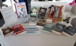 Een foto van de tafel met door het bibliotheekpersoneel getipte boeken.