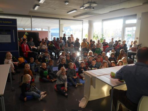 Foto van een volle zaal bij de poppenkastvoorstelling