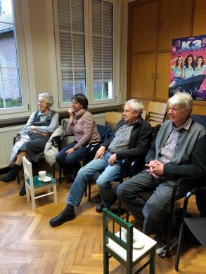 Foto van de luisteraars bij het verhalen vertellen voor volwassenen in de bib van Beerzel