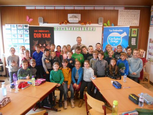 Jeugdauteur Luc Embrechts op bezoek in de school van Peulis