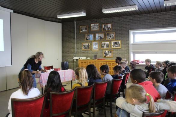 Foto van auteur Siska Goeminne tijdens haar lezing in de Alice Nahonschool