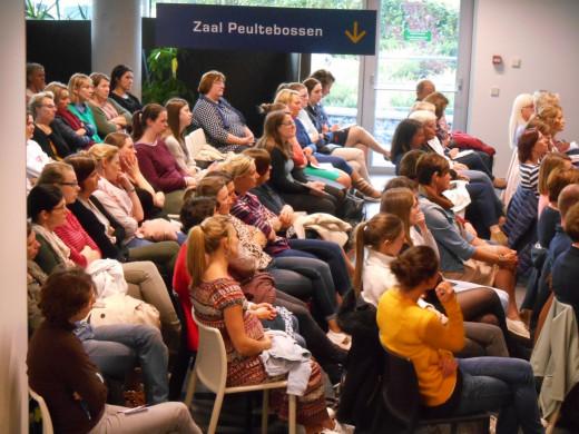Foto van het publiek tijdens de lezing van Kris Van den Branden