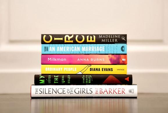 Foto van de boeken die op de shortlist van de Women's Prize for Fiction 2019 staan