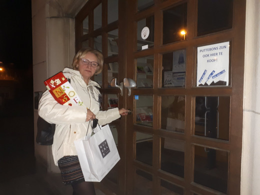 Foto van Els Keysers die voor de laatst maal de deur van de bib van Beerzel op slot draait.
