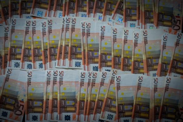 Foto van een groot aantal biljetten van 50 euro