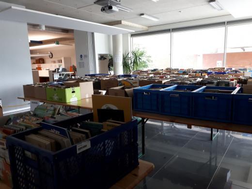 Foto van de zaal met de boeken te koop worden aangeboden