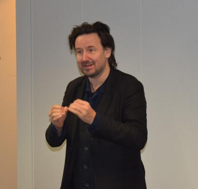 Foto van Vitalski tijdens zijn voordracht in de bib van Putte