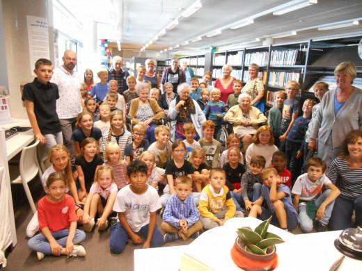 Foto van een aantal bewoners van WZC Heilig Hart samen met de leerlingen van een klas van VBS Putte