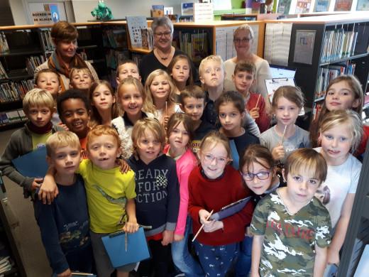 Foto van het derde leerjaar van Grasheide op bezoek in de bib.