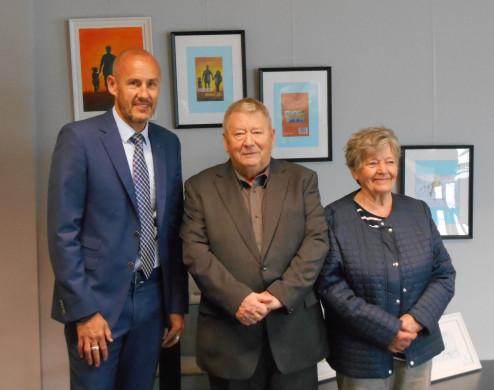 Foto van burgemeester Peer Gysbrechts, auteur Frans Busschots en zijn echtgenote