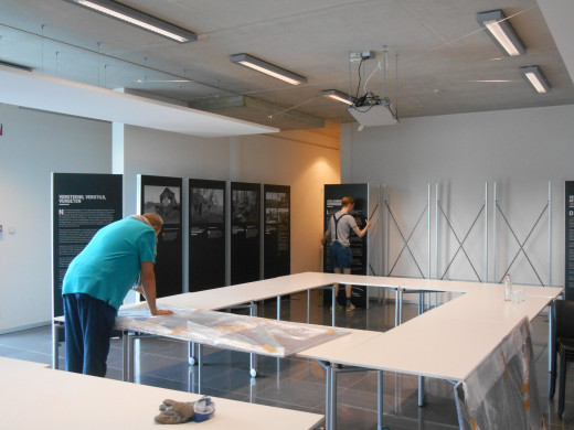 Foto van het opstellen van de tentoonstelling 'Nooit meer oorlog herdenken'