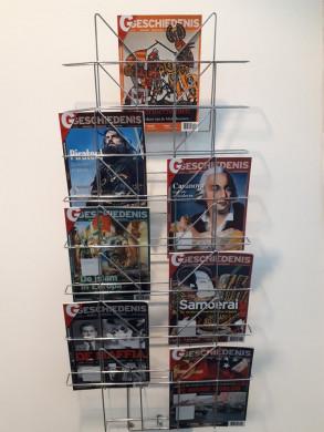 Foto van het rekje met het tijdschrift in de kijker, deze keer gevuld met exemplaren van het maandblad G-Geschiedenis