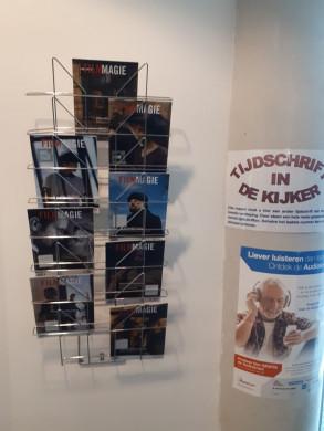 Foto van het rekje met het tijdschrift in de kijker, deze keer gevuld met nummers van het maandblad Filmmagie