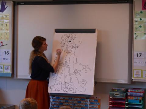 Foto van Rosemarie De Vos tijdens haar lezing in de Vrije Basisschool van Grasheide