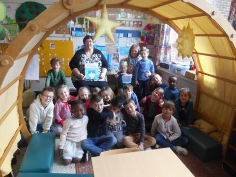 Foto van het voorlezen in VBS Beerzel