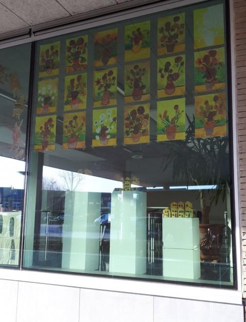 Foto van de raam-expo in de bib