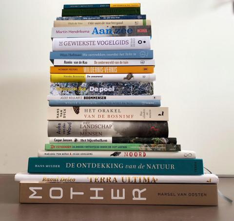 Foto van een stapel met alle boeken die op de longlist staan van de Jan Wolkersprijs 2021