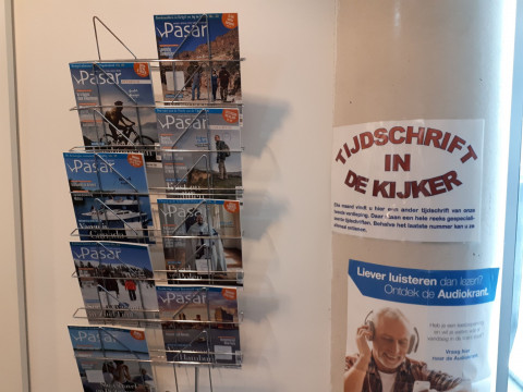 Foto van het rekje met het Tijdschrift in de kijker, gevuld met exemplaren van het maandblad Pasar